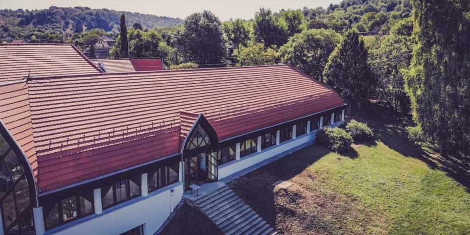 Makovecz épületek felújításai – Neszmély, általános iskola