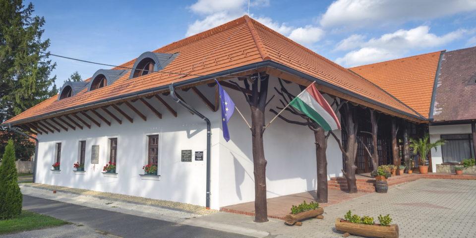Makovecz épületek felújításai – Zalaszentlászló, Faluház